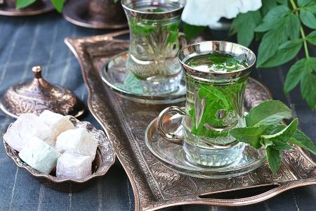 comida arabe: té de menta con delicias turcas Foto de archivo