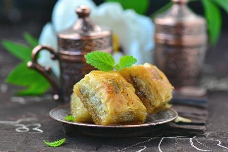 comida arabe: baklava, encanto tradicional turco en metallik placa