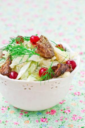 higado de pollo: ensalada de repollo, un ar�ndano y un h�gado de pollo