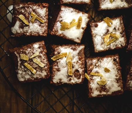 rebanada de pastel: rebanadas de un parkin jengibre en una celosía para la refrigeración. estilo vintage, tonificación, enfoque selectivo