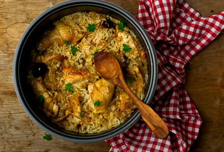arroz: Pollo guisado con arroz y las fechas en la olla de barro