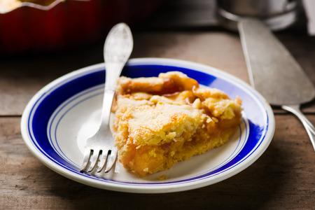 durazno: pedazo de tarta de melocotones caseras en un plato. estilo de la vendimia. atenci�n selectiva.