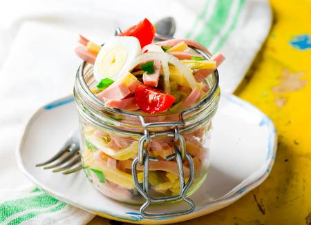 Wurst, Käse und Gemüse-Salat in einem Glas. selektiven Fokus