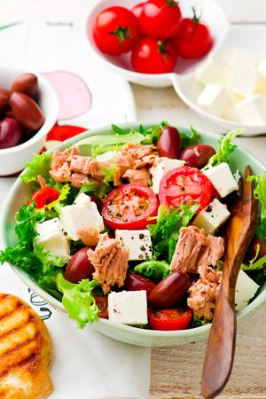 escarola: Ensalada de tomate y endivias con atún. enfoque selectivo