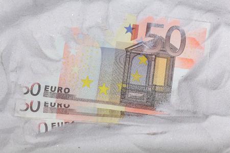 billets euro: Des euro-billets dans le sable