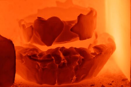 Detail of glowing pottery during the burning process in a kiln. Foto de archivo