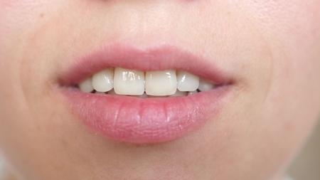 bacio labbra Primo piano. bel sorriso di una giovane donna. ragazza sorridente primo piano di denti e labbra. Archivio Fotografico