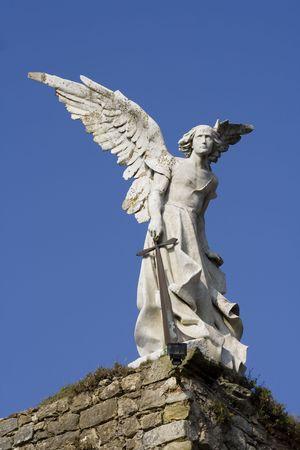 tumbas: Estatua de un �ngel de piedra de un cementerio en Cantabria, Espa�a.  Foto de archivo