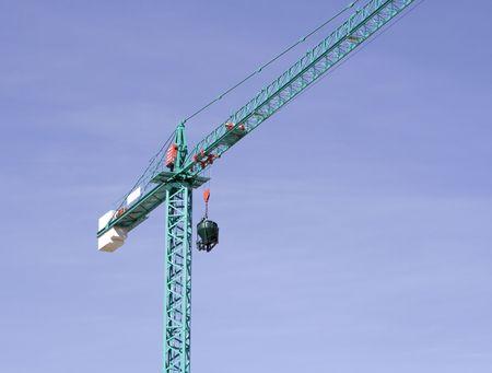 trabajo: Grua elevando una hormigonera con el fondo del cielo