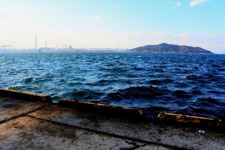 항구에서 본 파도가 거친 바다 스톡 콘텐츠