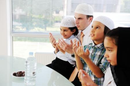 femmes muslim: P�re musulman prier avec les enfants pour le Ramadan Banque d'images