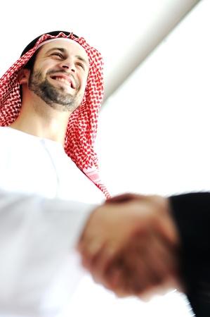 Erfolgreiche arabischen Geschäftsleuten Händeschütteln über einen Deal Standard-Bild - 20133340