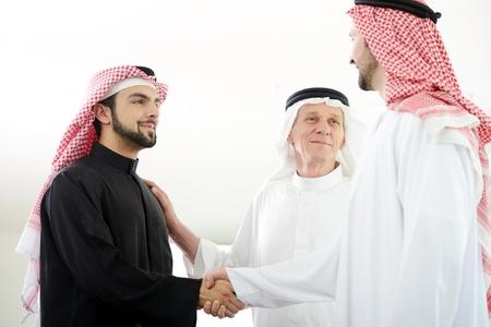 Erfolgreiche arabischen Geschäftsleuten Händeschütteln über einen Deal Standard-Bild - 20135301
