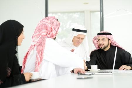 握手交渉成功したアラビア語ビジネス人々 写真素材
