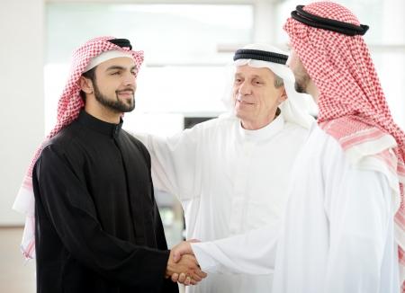 Erfolgreiche arabischen Geschäftsleuten Händeschütteln über einen Deal Standard-Bild - 20135890
