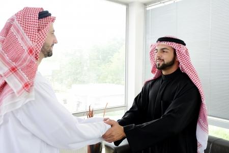 Erfolgreiche arabischen Geschäftsleuten Händeschütteln über einen Deal Standard-Bild - 20133403