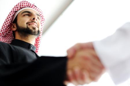 Erfolgreiche arabischen Geschäftsleuten Händeschütteln über einen Deal Standard-Bild - 20133325