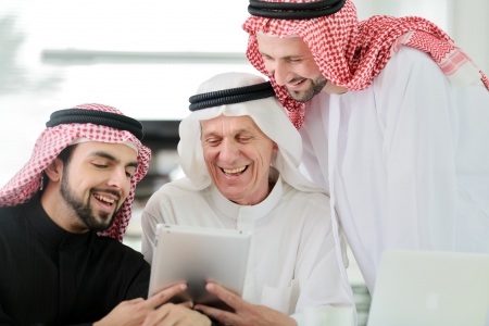 Zakelijke arabische mensen ontmoeten binnen met elektronische tablet Stockfoto