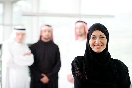 femme musulmane: Femme d'affaires arabe travaillant en �quipe avec ses coll�gues de bureau