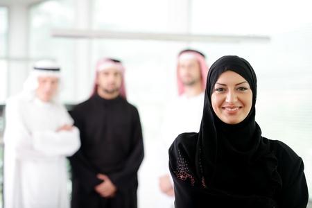 hombre arabe: Mujer de negocios �rabe que trabaja en equipo con sus colegas en la oficina Foto de archivo