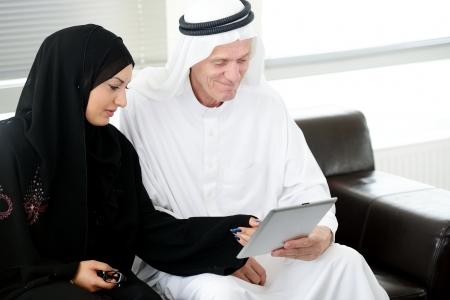 fille arabe: Deux couples lookig musulman à la table sur le bureau