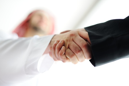 Succesvolle Arabisch zakenmensen schudden handen over een deal