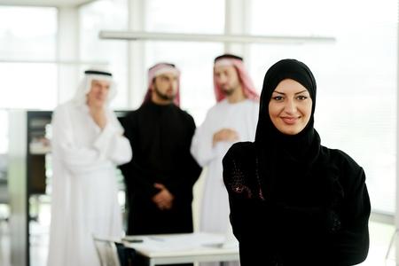 fille arabe: Femme d'affaires arabe travaillant en équipe avec ses collègues de bureau