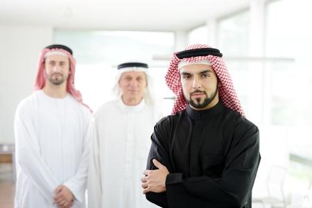 homme arabe: Heureux l'homme d'affaires � puce avec ses co�quipiers Banque d'images