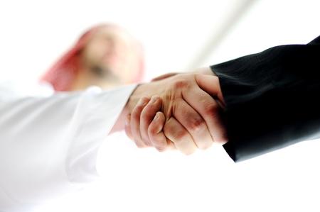 Erfolgreiche arabischen Geschäftsleuten Händeschütteln über einen Deal Standard-Bild - 20133715