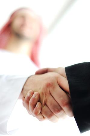 hombre arabe: Hombres de negocios �rabes exitosos agitando las manos sobre un acuerdo