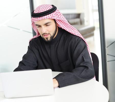 Moderne arabische Geschäftsmann auf Büro arbeitet an Laptop Standard-Bild - 20135234