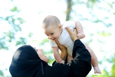 femmes muslim: La m?re et son b?b? profitant de la nature