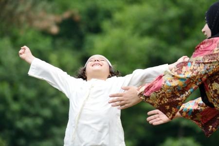 fresh air: Ragazzino arabo godendo di aria fresca in natura
