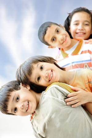 Foto des glücklichen Jungen mit stattlichen Burschen vor lächelnd in die Kamera Standard-Bild - 22125199