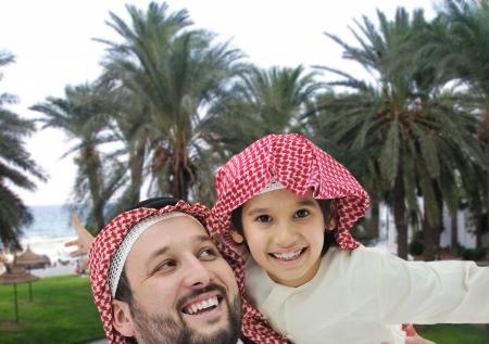 ni�os de diferentes razas: Familia de Oriente Medio en el pa�s