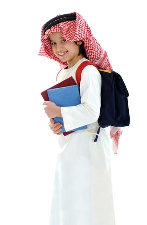 niños saliendo de la escuela: Árabe de Oriente Medio niño de escuela con libros y mochila Foto de archivo