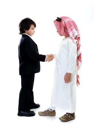 niños de diferentes razas: Pequeños empresarios árabes y del Cáucaso