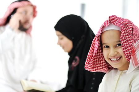 niños de diferentes razas: Familia de Oriente Medio en el país