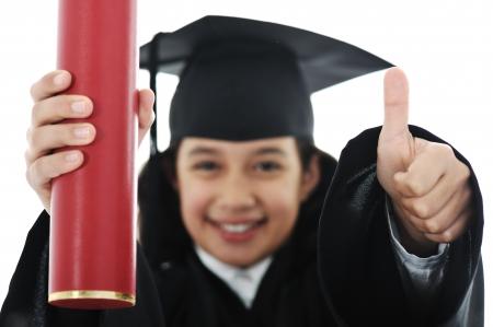 graduacion niños: Diploma que gradúa al pequeño cabrito del estudiante Foto de archivo