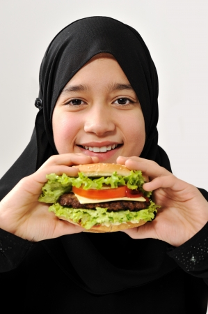 arab girl: Fille arabe avec l'hamburger
