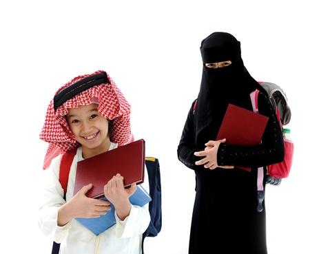 niños saliendo de la escuela: Niño árabe y niña va a la escuela
