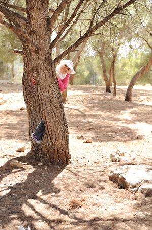 petite fille musulmane: Petite fille dans un camp de scout, bois nature Banque d'images