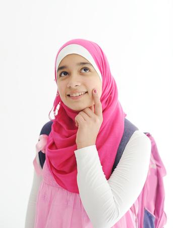 fille arabe: Oriental fille arabe portant le foulard hijab rose sur fond blanc