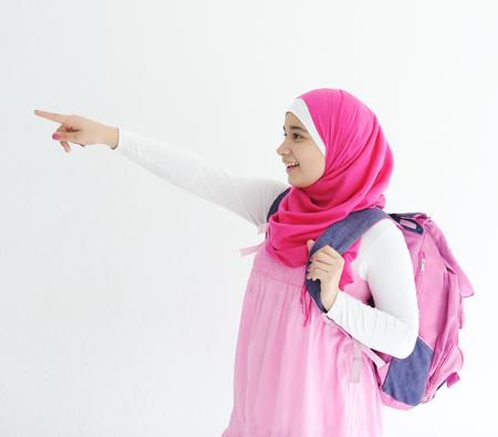 alzando la mano: Medio Muchacha árabe oriental rosa que lleva hijab bufanda en blanco