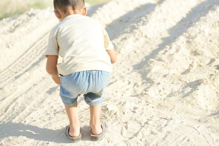 arme kinder: Armer Junge auf Sand