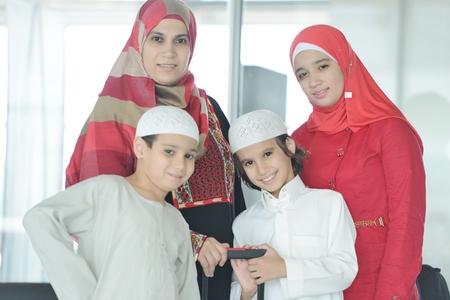 mujer hijos: Pasajeros joven árabe viaja en el aeropuerto