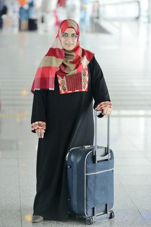 fille arabe: Passagers jeune arabe rendent à l'aéroport Banque d'images