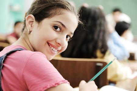 fille arabe: Des enfants heureux sourire et rire dans la salle de classe Banque d'images