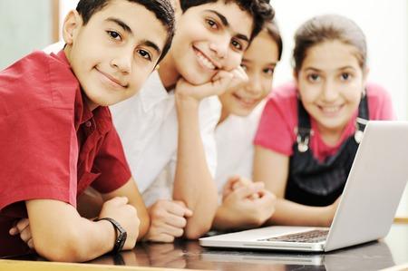 微笑し、教室で笑って幸せな子供たち