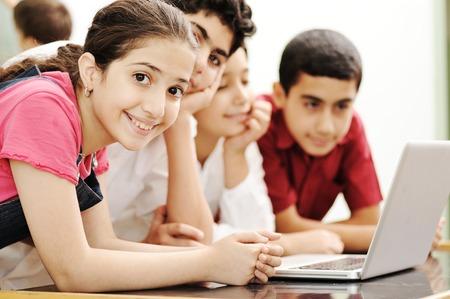 Šťastné děti úsměv a smích ve třídě